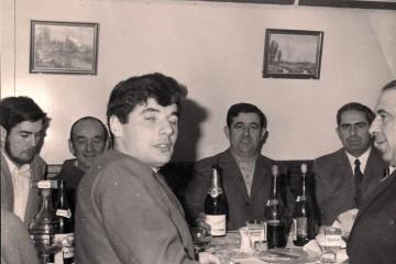 Despedida a bordo. Don Antonio Yagüez, jefe de máquinas, aparece al fondo a la derecha. Quien suscribe, en el lado opuesto y con barba