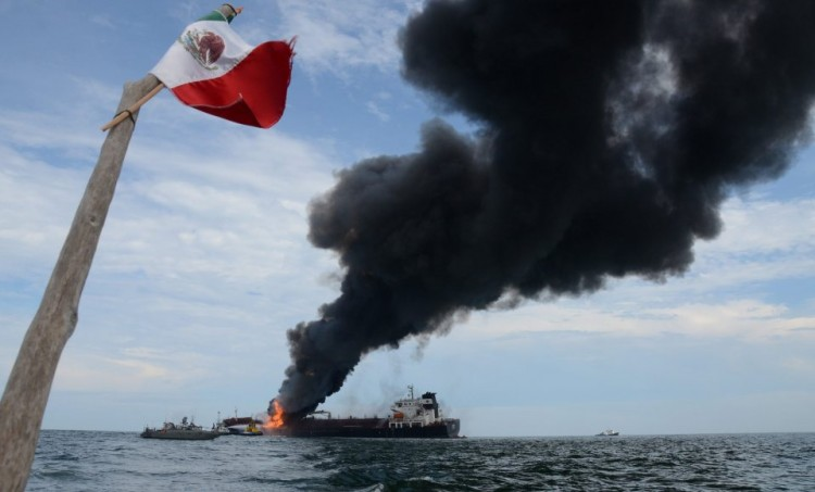 "La densa columna de humo sale de los tanques de proa del petrolero ""Burgos"""