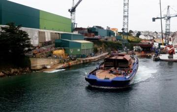 El segundo remolcador dual de Gondán, en el momento de entrar en el agua