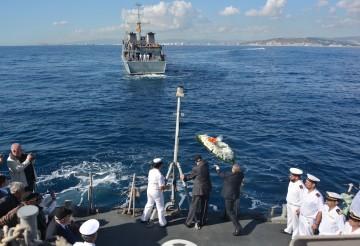 Lanzamiento de la corona de flores en homenaje a los ex marineros del minador Eolo