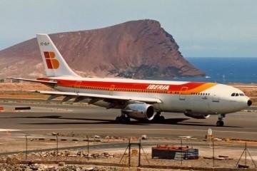 """El avión Airbus A-300 """"Teide"""", en Tenerife Sur. Al fondo, Montaña Roja"""