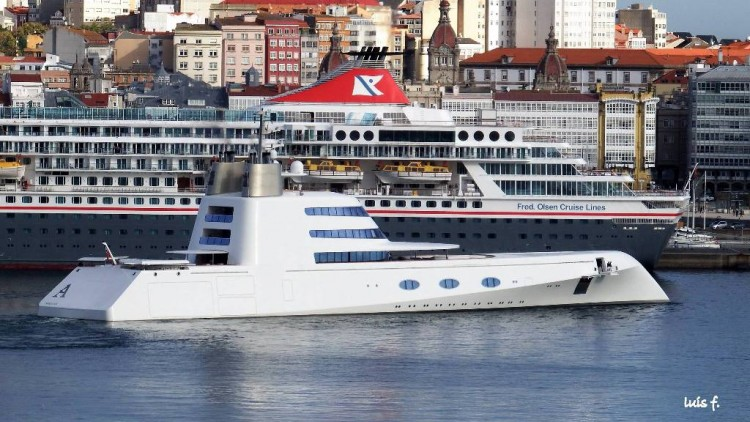 """El megayate """"A"""", a su salida esta mañana del puerto de La Coruña"""