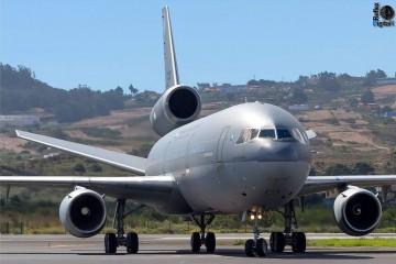 Es un avión solemne, en su versión de tanque para suministro de combustible en vuelo