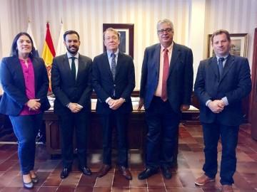 El embajador de Finlandia, en la visita al alcalde de Puerto de la Cruz