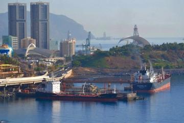"""El buque asfaltero """"Lagan"""", atracado en el muelle de la Hondura"""