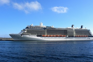 "El buque ""Celebrity Reflection"", en toda su eslora por la banda de babor"
