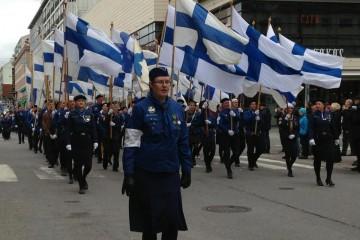 Los jóvenes Hijos del Vendaval [Puhurin Pojat] desfilan por las calles de Turku