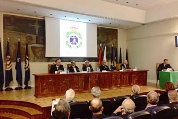 Alejandro Aznar (derecha) lee su discurso de ingreso en la Real Academia del Mar