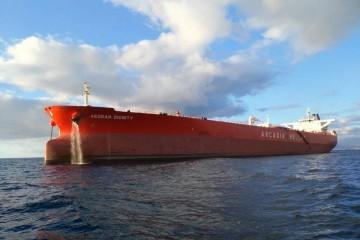 """El petrolero """"Aegean Dignity"""", visto por la amura de babor"""