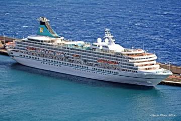 """El buque """"Artania"""", en su escala en el puerto de Santa Cruz de La Palma"""