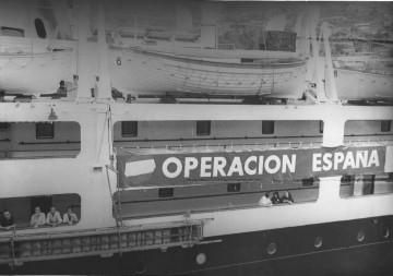 """La Operación España se realizó en 1969. La gran pancarta, en el costado del """"Satrústegui"""""""