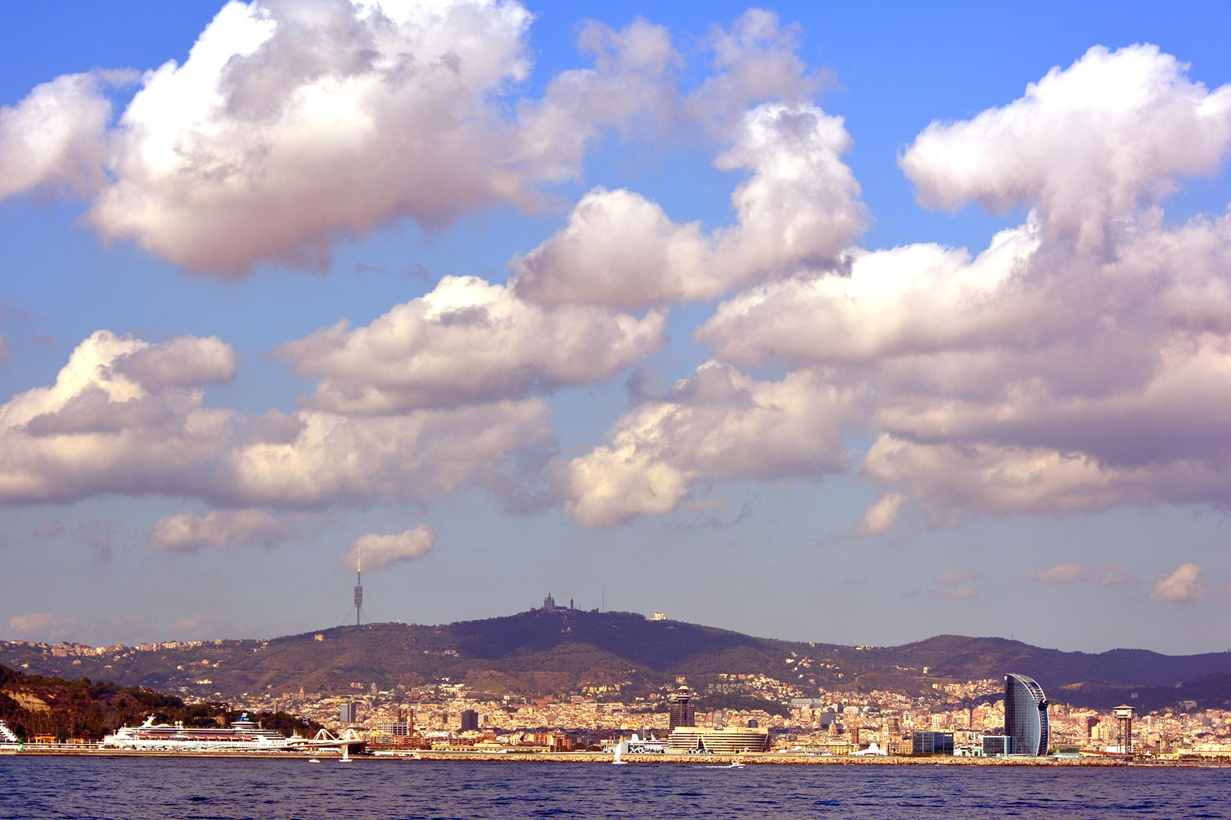Bonita panorámica de Barcelona desde el mar
