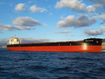 "El ""bulkcarrier"" liberiano ""FPMC B. Nature"", fondeado al resguardo de Anaga"