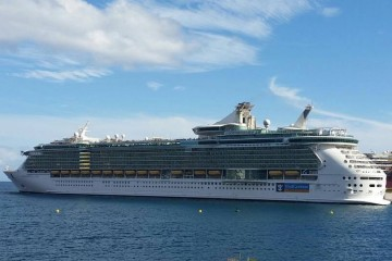 "El buque ""Independence of the Seas"", a su salida esta tarde del puerto de Santa Cruz de Tenerife"
