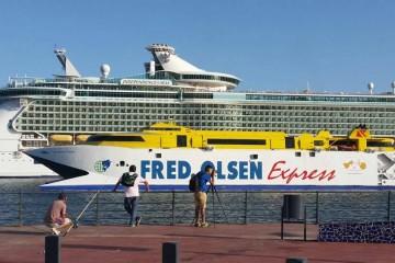 """El catamarán de Fred. Olsen se cruza con el megacrucero """"Independence of the Seas"""""""