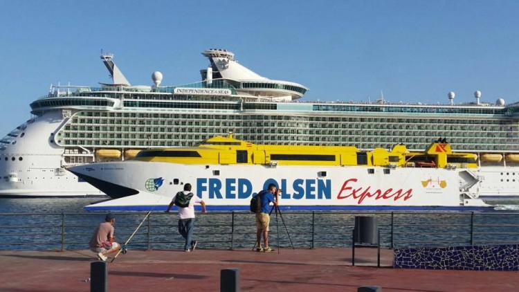 "El catamarán de Fred. Olsen se cruza con el megacrucero ""Independence of the Seas"""
