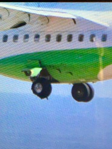 Imagen captada del neumático reventado en el avión ATR72 EC-MMM