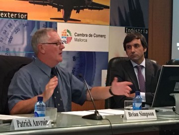 Miguel Pardo (derecha), director comercial de Trasmediterránea