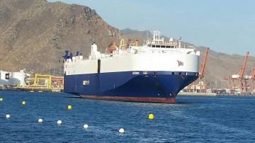 """El buque """"Verona"""", entrando ayer en el puerto de Santa Cruz de Tenerife"""