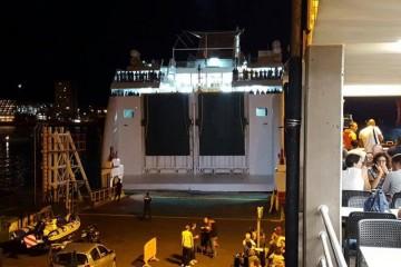 """Al final, el ferry """"Volcán de Taburiente"""" atracó de popa y resolvió parte del problema"""
