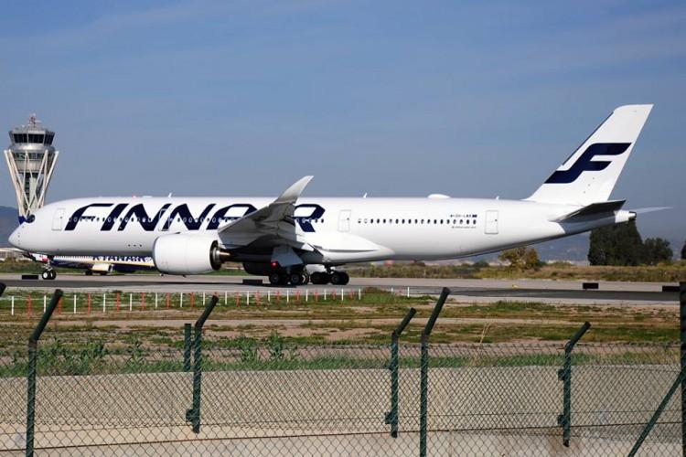 El primer Airbus A350 de Finnair (OJ-LWA), en el aeropuerto de Barcelona