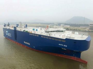 """El buque PCTC """"Auto Eco"""", visto en toda su eslora por la amura de estribor"""