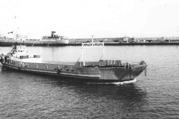 """La barcaza """"Cepsa Tercero"""", en Santa Cruz de Tenerife. Atracado en el muelle sur, el petrolero """"Bailén"""""""