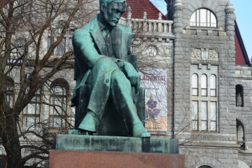 La estatua de Aleksis Kivi preside la plaza que precede al Teatro Nacional Finlandés