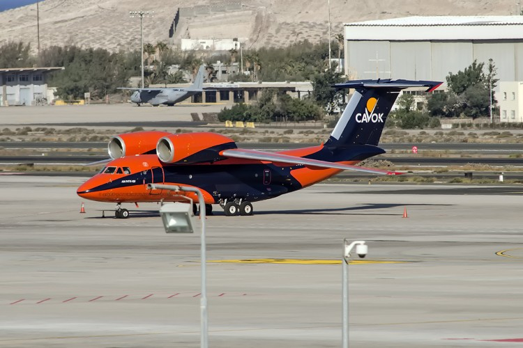El avión, de por sí llamativo, resalta todavía más con la librea que luce