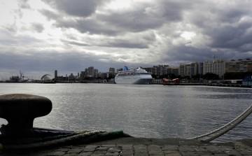 """El buque """"Thomson Destiny"""" permanece atracado desde ayer en el muelle de ribera"""