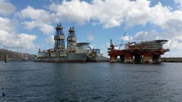 Los buques perforadores y el flotel ocupan el extremo del muelle sur del puerto tinerfeño