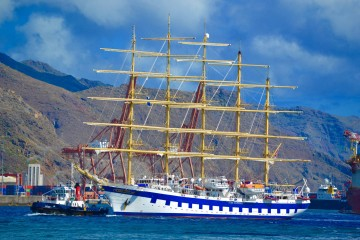 Con el aparejo aferrado, maniobra en su entrada al puerto de Santa Cruz de Tenerife