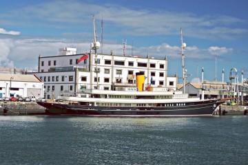 """Estampa marinera del yate """"Nero"""", visto en toda su eslora por estribor, atracado en el puerto de Las Palmas de Gran Canaria"""