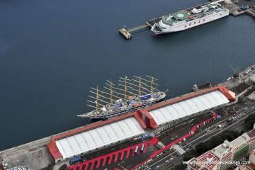 """El velero """"Royal Clipper"""" y uno de los ferries de Naviera Armas, a vista de pájaro en el puerto de Santa Cruz de Tenerife"""