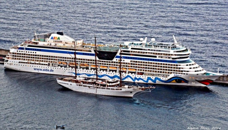 """Maniobra del buque """"Sea Cloud II"""", dejando por babor al buque """"AIDAsol"""""""