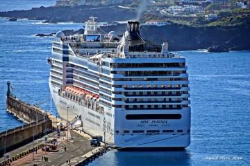 """El buque """"MSC Poesía"""" ha hecho hoy su primera escala en el puerto de La Palma"""