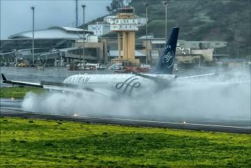 El avión, en contacto positivo con la pista, genera esta magnífica imagen