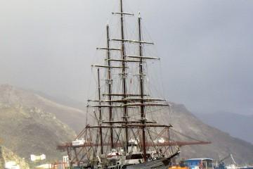 """Con el aparejo aferrado, el elegante """"Sea Cloud"""" arriba al puerto de Santa Cruz de Tenerife"""