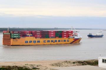"""El buque """"OPDR Canarias"""", a su paso por Sanlúcar de Barrameda"""