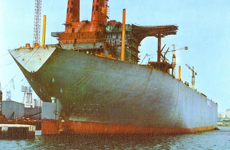 """El petrolero """"Tarragona"""", en su fase de armamento a flote"""