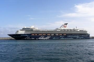 """El buque """"Mein Schiff 2"""", visto en toda su eslora por babor, atracado ayer en el puerto de Santa Cruz de Tenerife"""