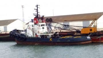"""El remolcador """"Serosa Diecisiete"""", a orillas del río Guadalete, a la espera de su destino final"""