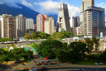 La forma piramidal de la Torre La Previsora destaca en el espacio urbano de Caracas