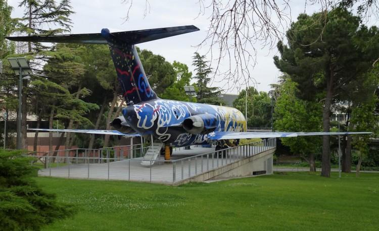 El avión DC-9 EC-BQZ esta expuesto en los jardines de la terminal T2 de Madrid