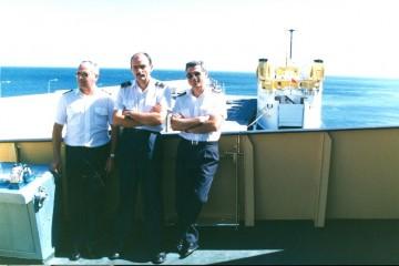 """De izq. a dcha.; Servando Peraza García, José Jiménez Gutiérrez y José Chillón González. Detrás vemos la popa del ferry """"Bismillah"""""""