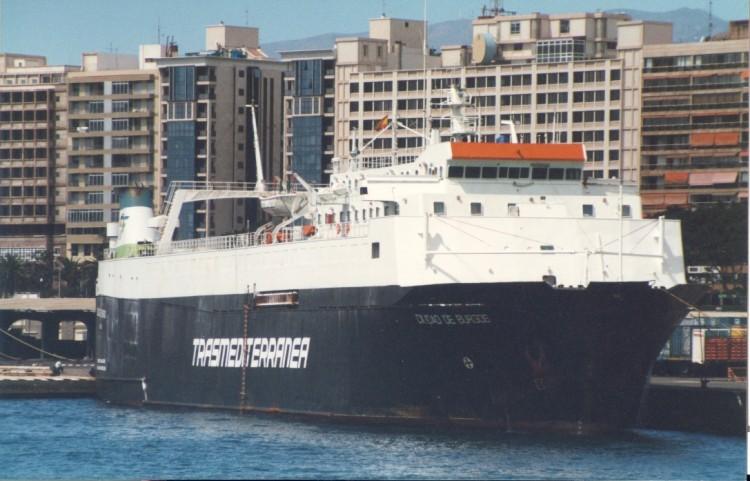 """El buque """"Ciudad de Burgos·, atracado en el puerto de Santa Cruz de Tenerife"""
