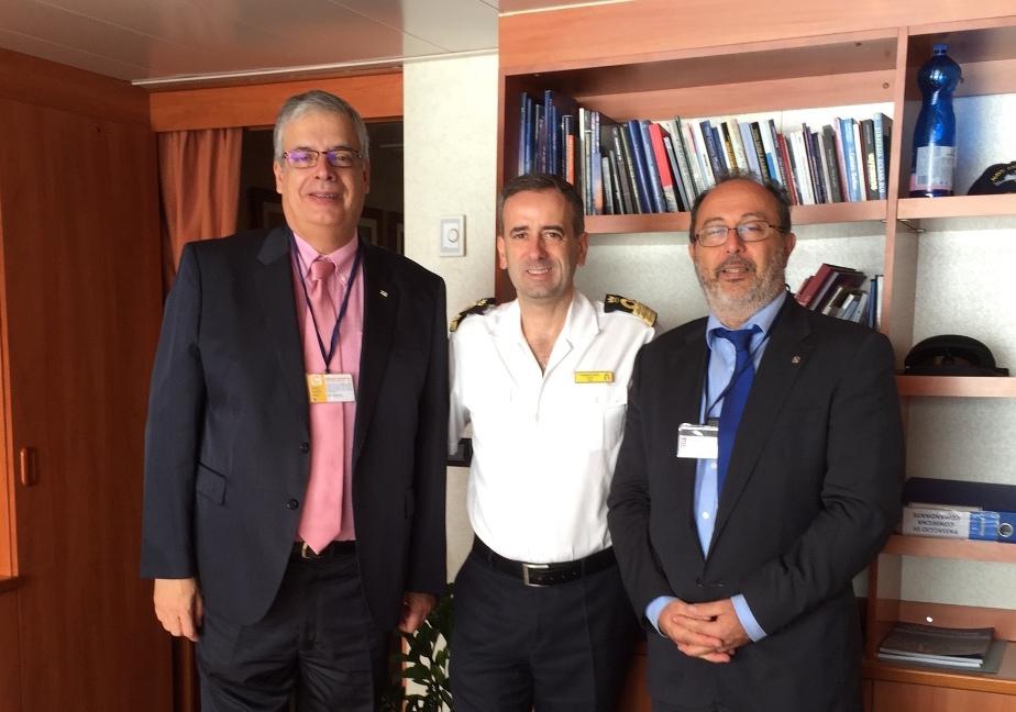 El capitán Cosino flanqueado por los cónsules de Italia en Tenerife y de Finlandia en Canarias