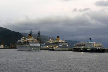 """Momento en el que el buque """"Costa Fascinosa"""" se cruza con el buque """"Costa Mágica"""""""