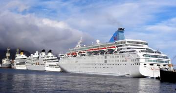 Los tres buques de la industria turística que ocupan la linea de atraque del muelle sur