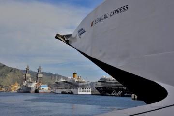 """Perspectiva de la línea de atraque del muelle sur desde la amura del buque """"Bencomo Express"""""""